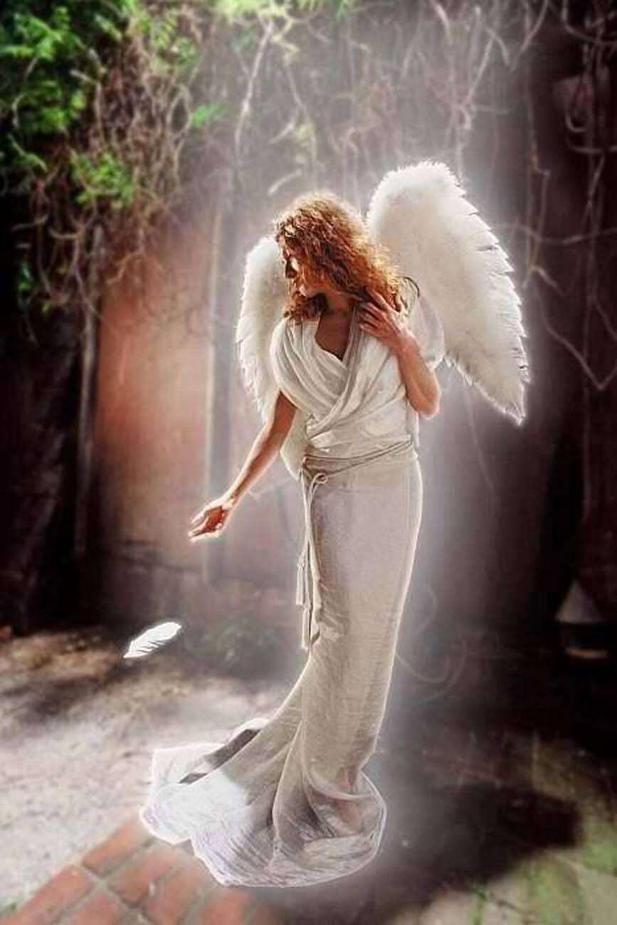 Angelo vestito di bianco